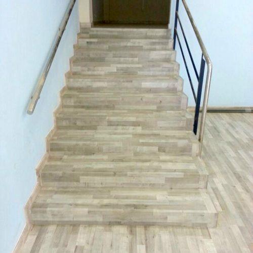 Escalera de roble Parador 1 cara vista en Sabadell