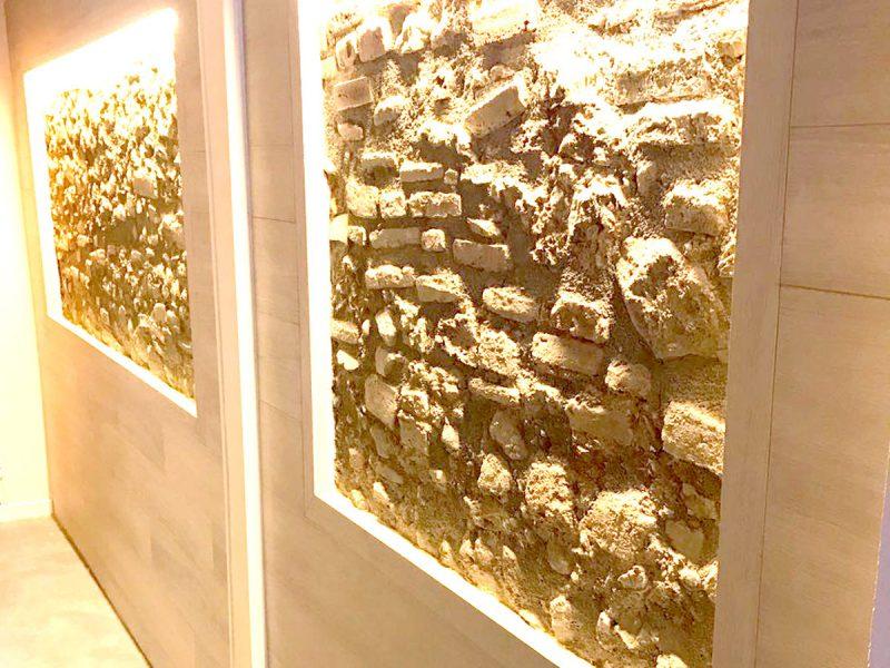Escalera, suelos y paneles enmarcados en las paredes