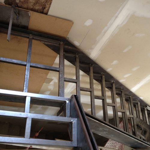 Escalera tipo sandwich Quick-Step sobre estructura metálica