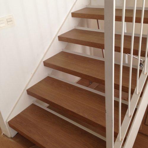 Escalera, parquet y panelados de pared en laminado